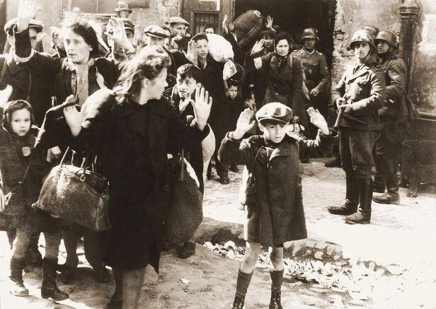 Żydzi schwytani podczas tłumienia powstania (jedno z najsłynniejszych zdjęć II wojny światowej) wikipedia