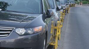 11 aut na chodniku. Każde z blokadą na kole