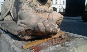 Lwy znikają sprzed pałacu. Jeden stracił łapę
