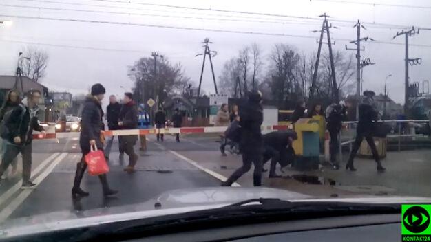 Niebezpieczna sytuacja na przejeździe. Omijają szlabany, tuż przed pociągiem