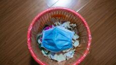 Maska higieniczna w jednym z mieszkań w Wuhanie (PAP/Arek Rataj)
