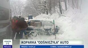 Koparka uszkodziła zasypany samochód (TVN24)